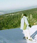 Un snowboarder sur une piste de la station de Gérardmer