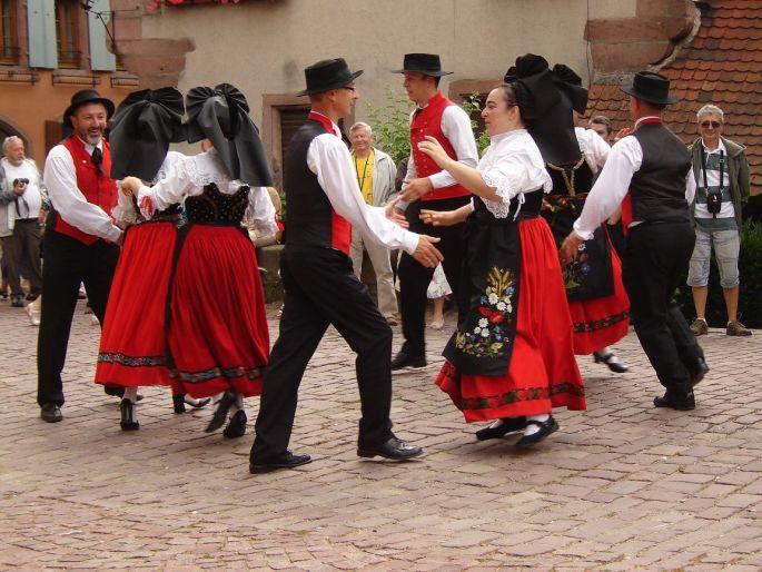 Les danseurs folkloriques de L\'Echo du Château sur la place de l\'Ancienne Douane de Colmar