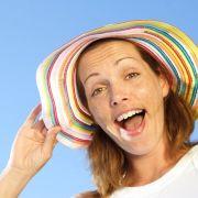 Soleil : comment garder des cheveux  éclatants ?