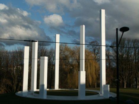 Les colonnes de JP Raynaud se dressent fièrement et accueillent le visiteur dans Mulhouse