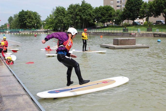 On peut s\'élancer à toute vitesse et sauter sur sa planche pour glisser comme un surfeur