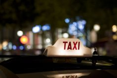 La nuit, les taxis sont parfois les seuls transports à continuer de circuler