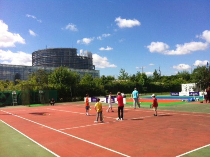 L\'un des courts du Tennis Club de Strasbourg, face aux Institutions Européennes