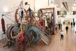 Au musée Tinguely, le visiteur peut actionner des boutons, et monter dans certaines sculptures