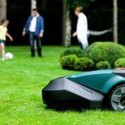 Tondre sa pelouse sans rien faire : c\'est possible grâce aux robots !