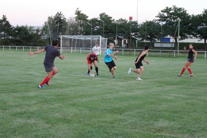 Au touch rugby, le but du jeu est de marquer des essais, mais sans plaquages, sans mêlées et regroupements
