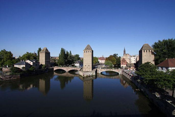 Les puissantes tours carrées des ponts couverts ont longtemps protégé la ville