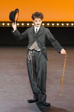 Charlie Chaplin est interprété par Maxime d\'Aboville