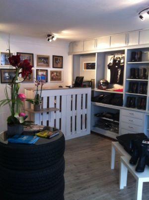 Un intérieur cosy et chaleureux pour trouver son équipement de moto en toute élégance chez MotoGirls à Mulhouse