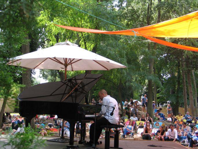Un piano sous les arbres
