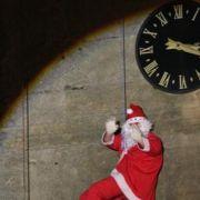 Le Père Noël escaladeur sur la Collégiale de Thann