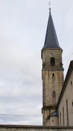 L\'Eglise Saint-Jean-le-Baptiste à Hirsingue, sur un ciel laiteux