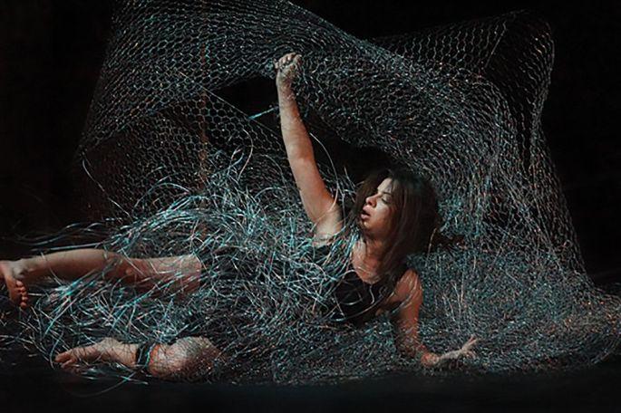 La danseuse tunisienne Oumaima Manai se déjoue du fil barbelé dans Nitt 100 limites, à voir à l\'Espace Tival à Kingersheim