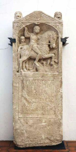 Strasbourg-Koenigshoffen, route des Romains : stèle funéraire du cavalier Comnisca. Calcaire ; ier siècle après J.-C. (Fouilles F. Jodry / Inrap)