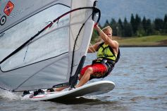 La planche à voile, aussi appelée windsurf, est un sport estival très populaire.