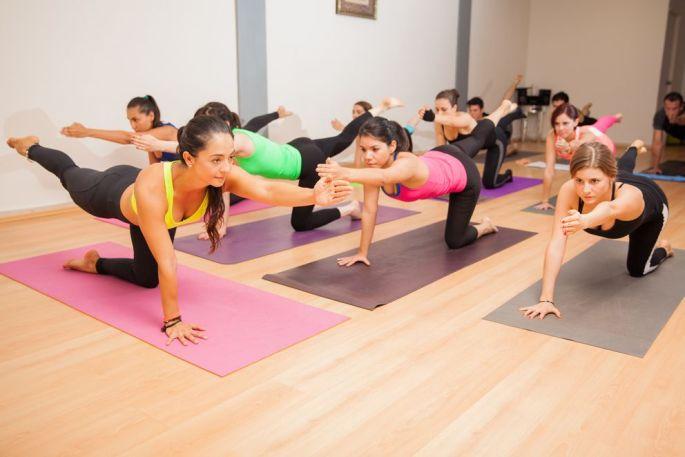 Pratiquez le yoga de préférence avec un professeur qui saura corriger vos postures et vous faire progresser