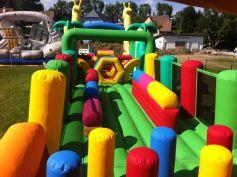 Les enfants adorent rebondir sur les structures gonflables du parc Zebuland